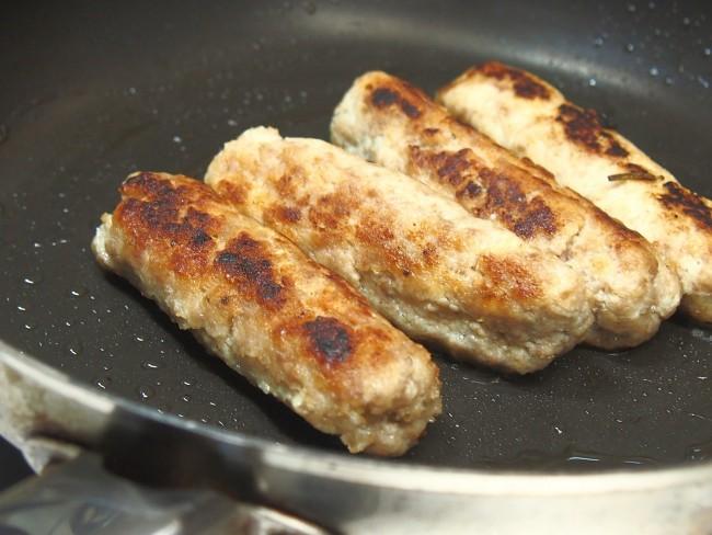 ④フライパンにオリーブオイルを入れ熱し、ラップをはがした③を入れ、転がしながら焼き色をつける。画像4