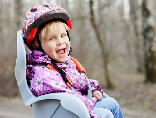 春は自転車でのおでかけが楽しい季節。正しく装着して出かけたいですね!