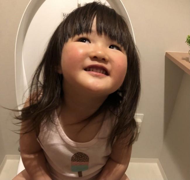 今ではすっかりトイレに慣れた娘。紆余曲折あったトイトレを振り返ってみました