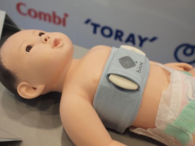 こちらがhitoe。胸に装着するアイテムで、赤ちゃんの素肌にやさしい刺激性の低い素材で作られています