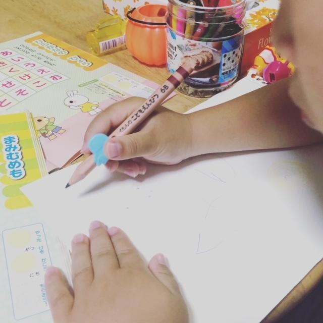 子ども用のえんぴつだと、握りやすく書きやすい工夫がされています