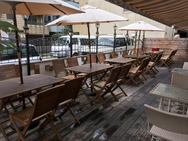 一軒家カフェならではの広々としたオープンテラス。大人数でのママ友バーベキュー会もここなら可能!