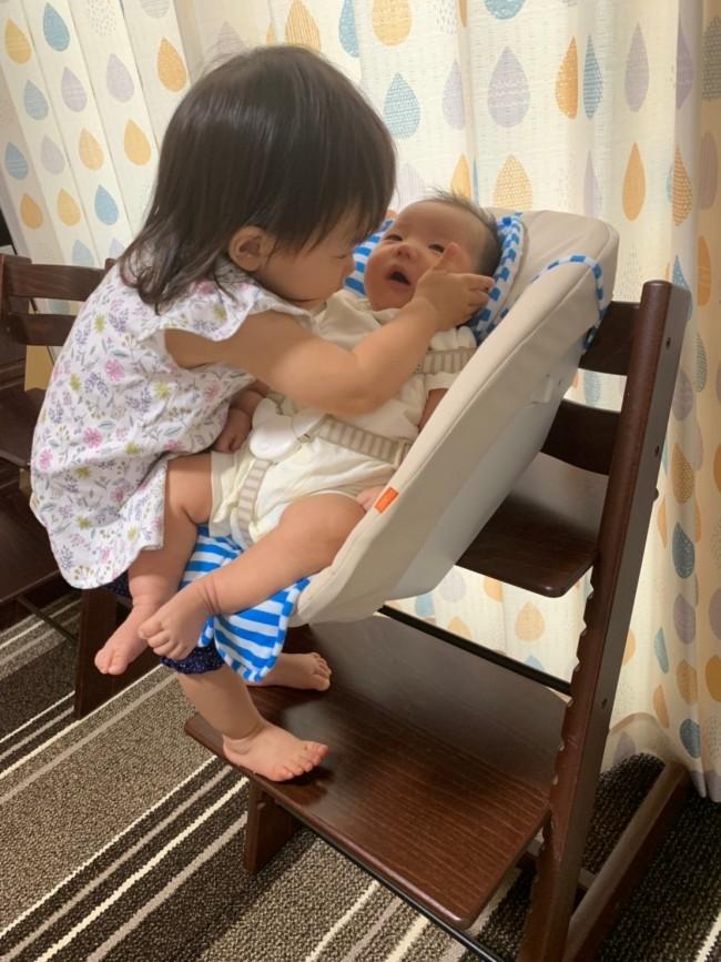 赤ちゃんにかまいたくってしょうがない妹。安定感があるので、安心してみていられます