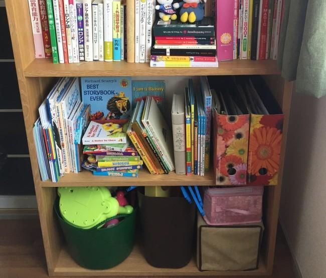 本棚の下段を、子ども専用のスペースとして。子どもの収納は、自分で取り出せて、自分で片付けられる範囲で