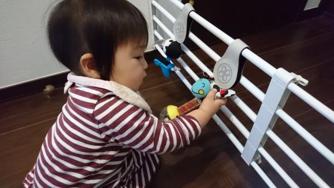 おもちゃを挟んで遊び場に。子どもが触っても、クリップに手を挟んだりする心配がありません