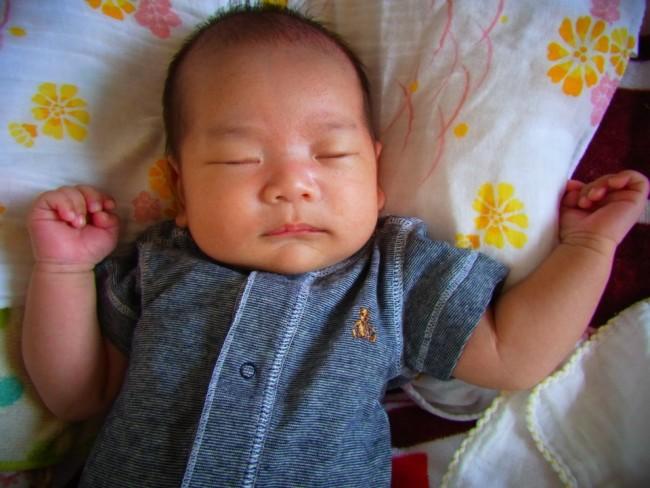 寝ていることも多い時期は、さっと着せ替えられる前開きのロンパースがおすすめ!