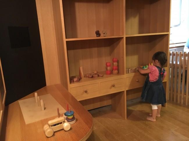 あちこちにおもちゃがあるので、目移りしてしまいます。ほかのおもちゃに駆け出しても、おもちゃ学芸員さんが片付けてくれるので大丈夫