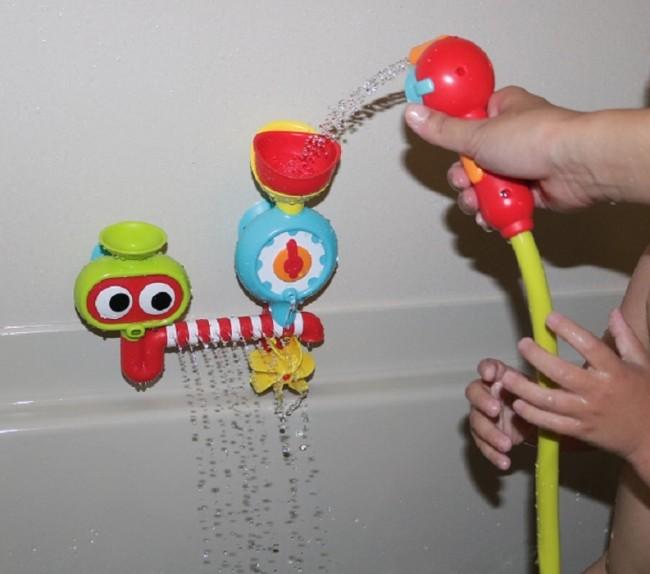 お風呂のお湯を吸い上げ、シャワーとして遊ぶことができます