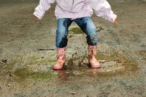 泥だらけのお洋服は、思いっきり遊んだ証拠♪ ママは洗濯物、がんばって!