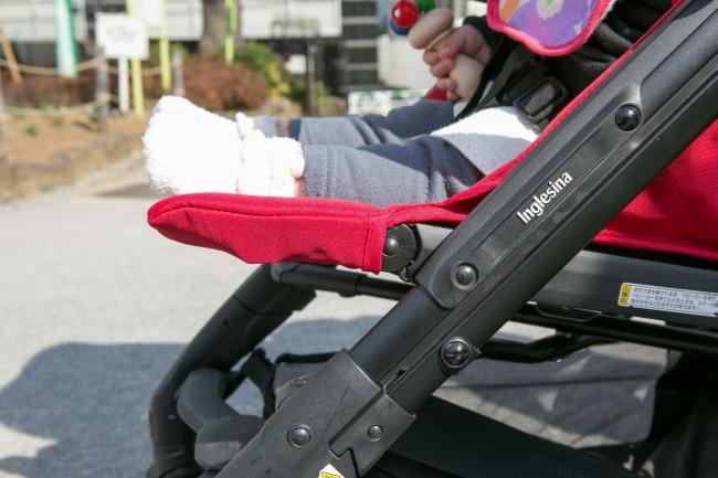 小さな赤ちゃんなら、フットレストをフラットにして足をのばして置けます