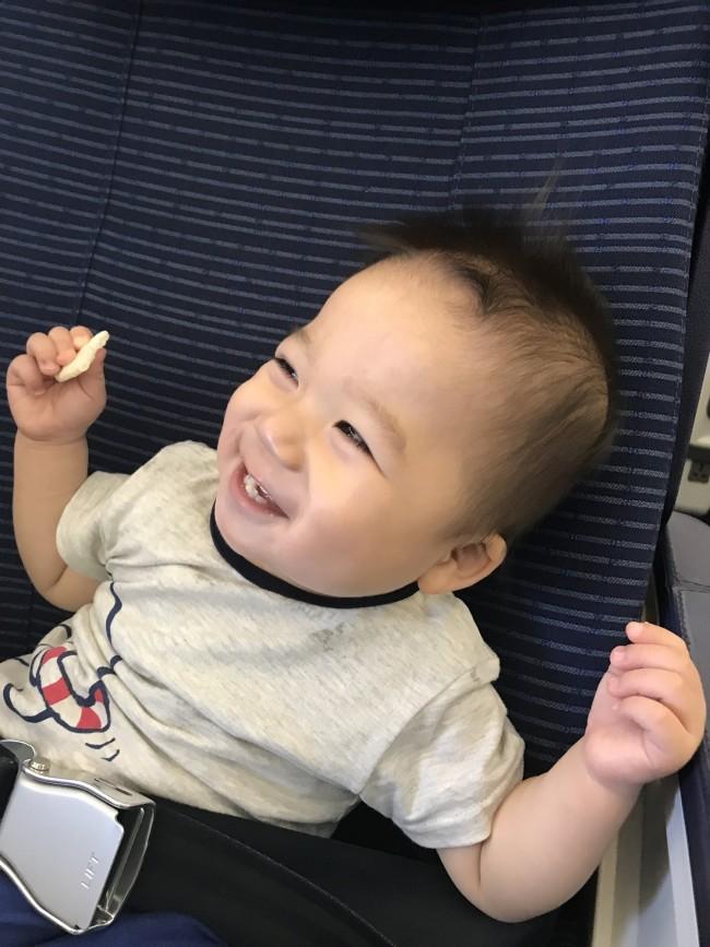 1歳のベビーもニッコニコ♡ 赤ちゃんが多い機内でしたが、とても和やかな雰囲気でした