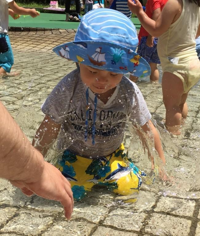 子どもは水遊びが大好き! ママも一緒に、めいっぱい楽しんであげてくださいね♡