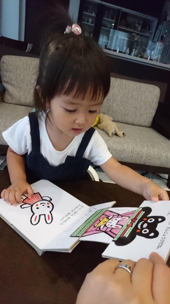 仕掛け絵本は、子どもの喜ぶ工夫がたくさん。引っ張ったりめくったり、触れたい気持ちが満たされます