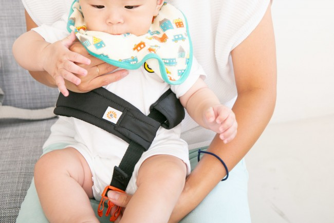 赤ちゃんの腰に直接巻いて、抱っこひも本体に留める「ベビーウエストベルト」付き
