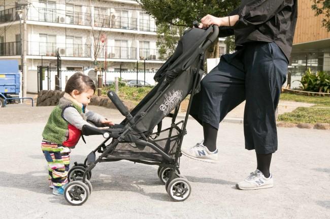 使用期間は生後1か月〜17キロ(4歳くらい)まで。カラーバリエーションはブラックで、ママだけでなくパパも気に入りそうなクールでシンプルなデザインです