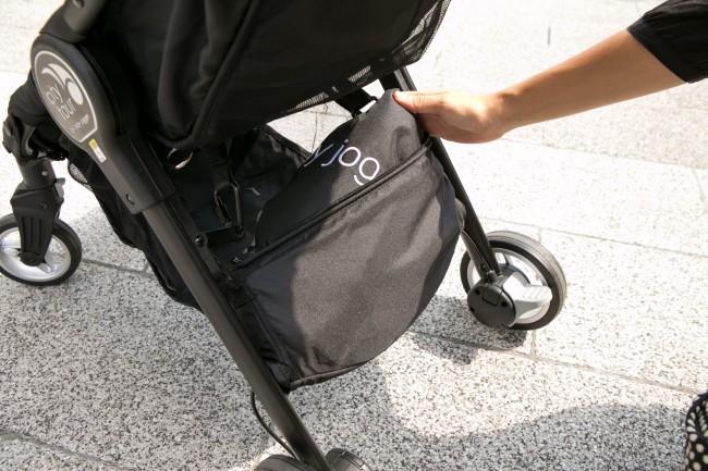 後方の荷物入れ前にポケットが。こちらにキャリーバッグが収納されています