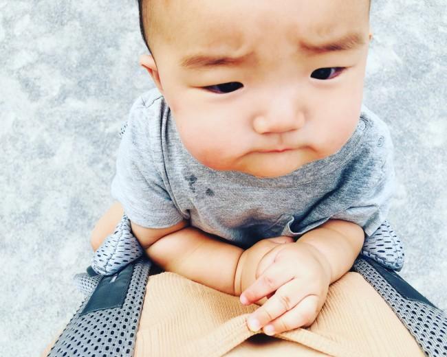 赤ちゃんとママの間には、小さなガーゼポーチに包んだ保冷剤を入れています