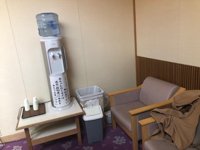 授乳スペース内に、ミルク用のお湯が出るサーバーも!