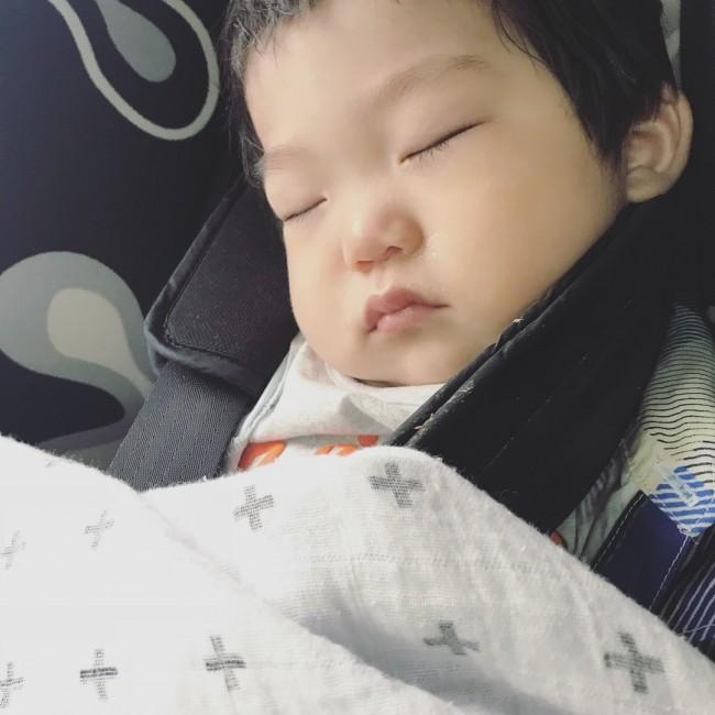 車の揺れが気持ちよくよく寝てくれました。おっぱい、抱っこひも、チャイルドシート、スイングは、お昼寝させたいママの味方!