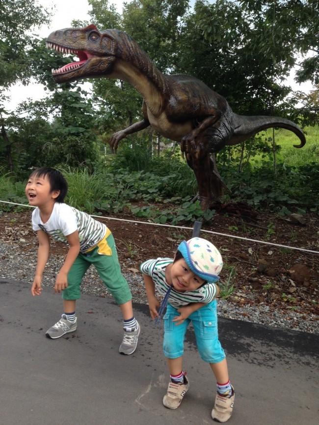 こちらも絶対訪れたい、恐竜新スポット。森のなかにいる恐竜をみて、大興奮!