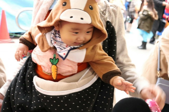 ウマに人参の仮装! 前抱っこで商店街イベントに参加したところ、周りのママ&キッズたちからも大好評だったよう♡
