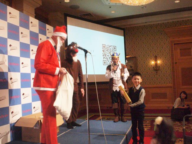 ベビービョルンはとってもアットホームな会社。サンタに扮した本国の社長と、海賊(?)に扮した日本の代表である深井さんが、子どもたちにプレゼントを用意。会場は終始笑顔に溢れていました♡
