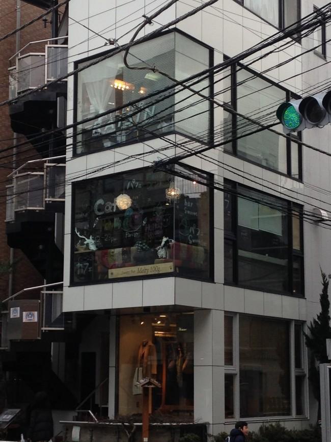 こちらのビルの二階。ベビーカーの場合はスタッフがお手伝いしてくれます♪