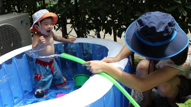 《水遊び始めました♪》おうちで?プールで?公園で? 我が家のベビー&キッズの水遊び、こんなもの使っています