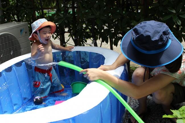 安心安全に遊べるおうちプール。ホースで水を掛け合ったりして、大興奮♪