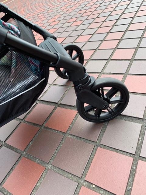 前輪は、石畳での使用を想定したサスペンションを搭載しています