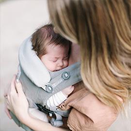 密着度が高く、新生児の縦抱っこも安心なオムニシリーズ