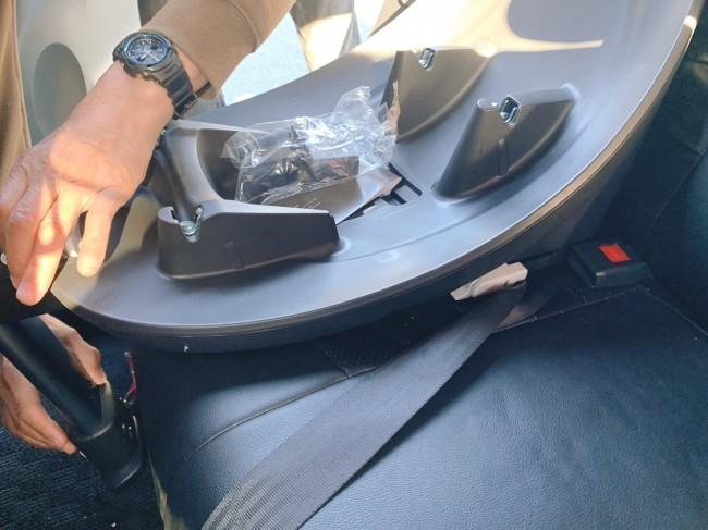 こちらが専用ベース。座席に簡単に装着でき、この上にチャイルドシートをポンっと載せるだけです