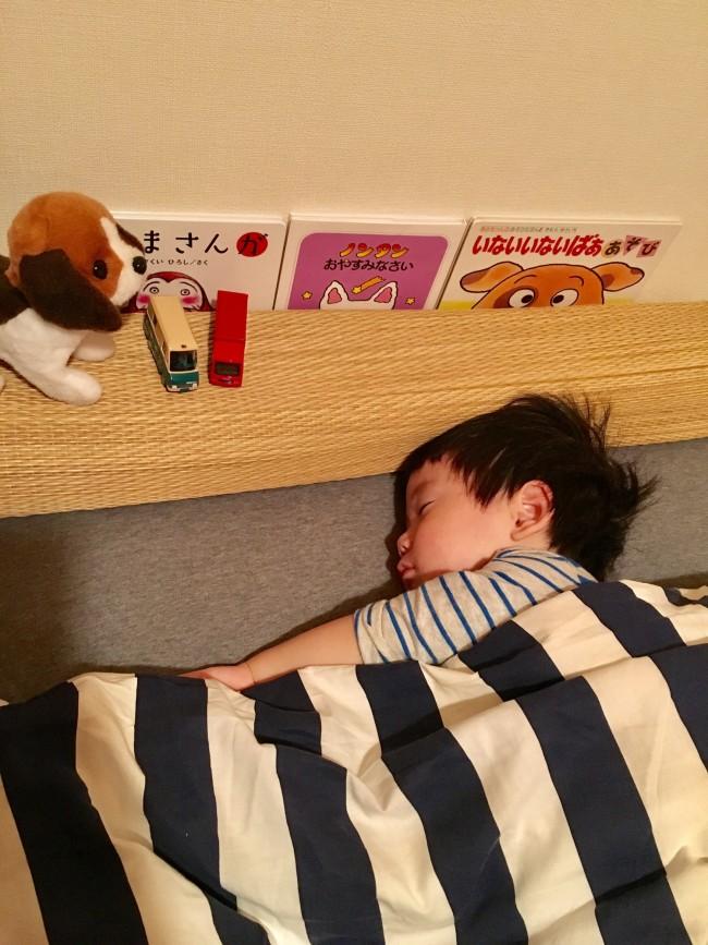 お気に入りの絵本やおもちゃと一緒に、寝る準備をしています