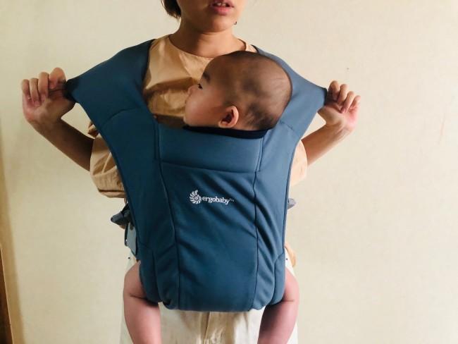 肩ストラップの布は大きく広がり、負担を分散させます