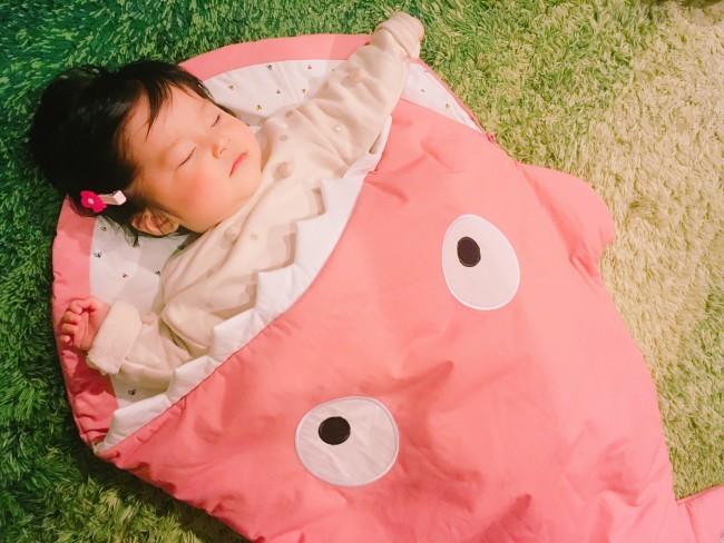 毎日のお昼寝は、このスリーピングバッグのなかで。寝返りを始めた娘には、お布団のはがれ防止に最適です
