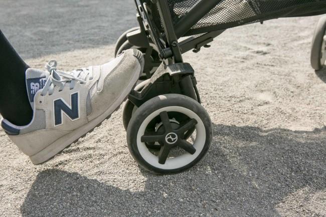 ブレーキはタイヤの上についているので止まっているときに体勢を変えずに踏めます