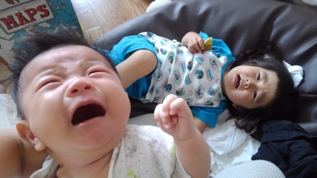 二人揃ってのお昼寝…のあとは、二人揃って泣いて起きたりします