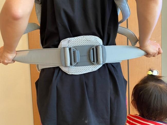 腰のベルトを片方ずつ締めます。余ったベルトはループに通しておきます