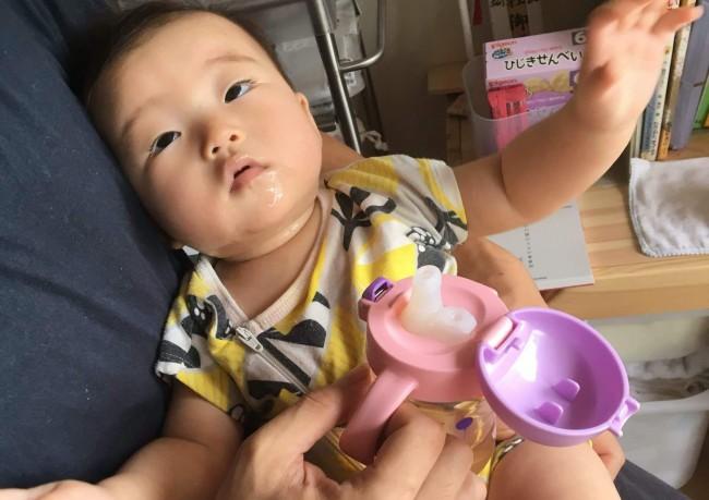 スパウトがなにか全くわかっていない顔の娘(6ヶ月ごろ)