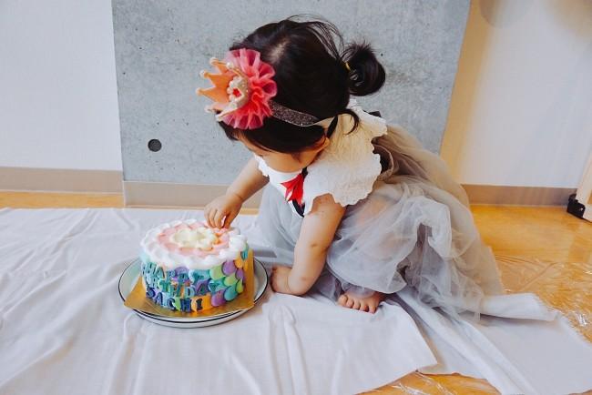 ケーキを前におそるおそる手を伸ばして…