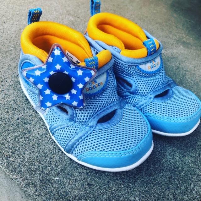 1歳の弟には、靴につけて。目玉のようでユニーク!