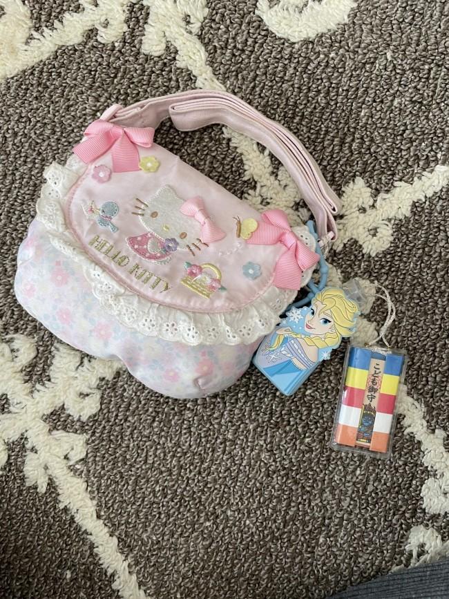 思いっきり可愛らしいキティちゃんのショルダーバッグは、ママと娘の好みが一致♡