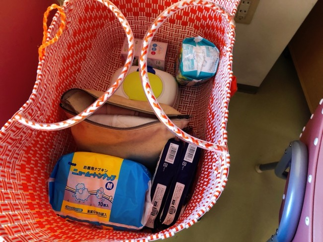 大きなカゴバッグには、わざわざ開けて荷物を探す必要がないよう、産後必要になるアイテムをまとめて見やすく置いておきました