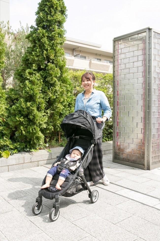 今回モデルとして試乗していただいた佐鳥さん親子。石畳や坂道の多い代官山の街をお散歩してもらいました