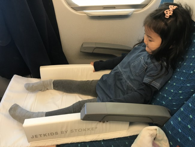 いつも靴を脱ぐと座席で立ってしまうのに、足を伸ばせる広々空間が嬉しかったのか、座っていてくれました