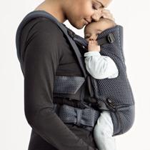 小さな赤ちゃんとの密着感が抜群なビョルン。デザインもパパママ兼用での使用を前提に考えられています