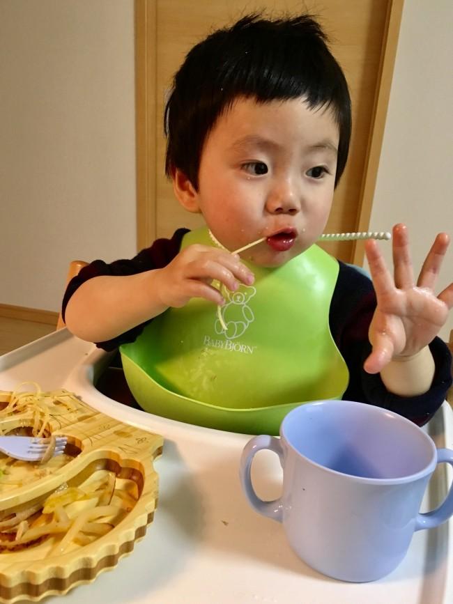 まだまだ扱いが雑な息子。軽くてタフな食器なので、ママも安心です
