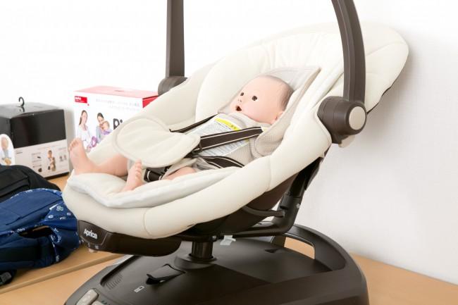 こちらがアップリカの「スマートスウィング」。赤ちゃんを自然な揺れで入眠へさそう、新しい室内育児アイテムです