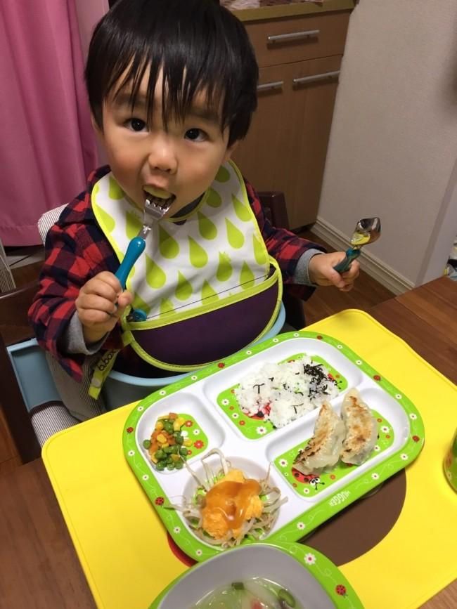一生懸命ひとりで食べる息子に感動♡ 自分で食べられる、ということは大きな自信につながると思います!
