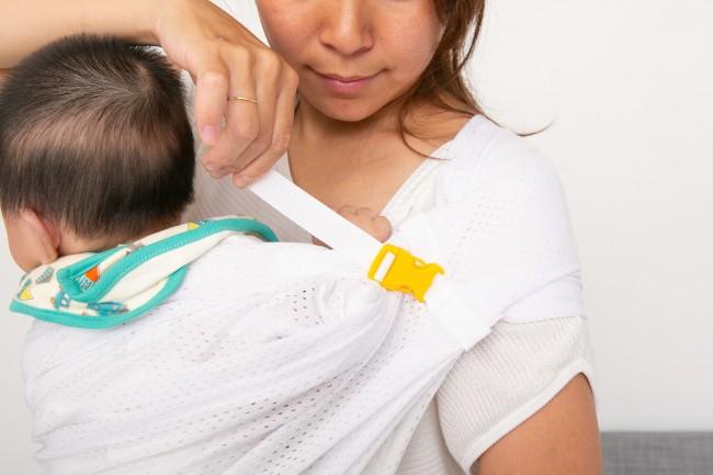 肩のストラップを引っ張って、安定感を調整する